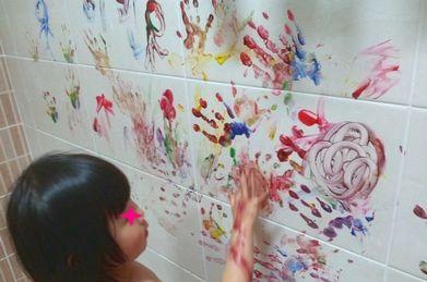 お風呂で絵の具遊び。