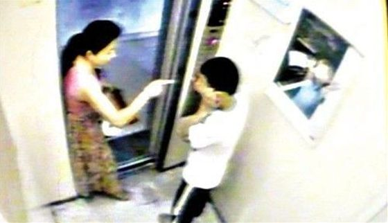13歳少年がエレベーターで女性のスカートめくり尻を触る、女性は少年に往復ビンタ