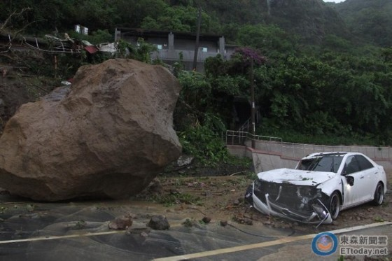暴雨轟基隆!3公尺巨石砸車 山坡宅滑落崩塌嚇壞民眾