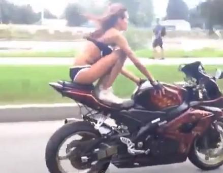 Fille en bikini et stunt