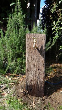 枕木の水栓柱