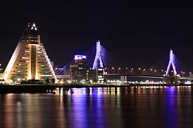 青森港の夜景。青森県観光物産館アスパム(左)と青森ベイブリッジ(右)