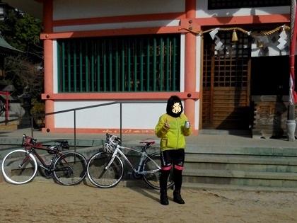 住吉神社で紅茶花伝を飲む娘