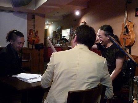 ベイズンストリートのオーナーを交えてギター談義中のg村山義光氏b光岡尚紀さんの