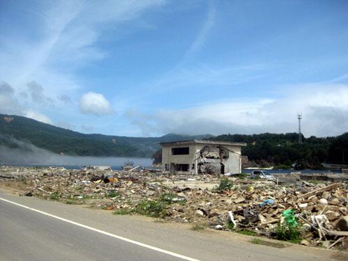 2011年 雄勝町 晴れた日の瓦礫と雄勝湾