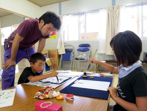 2012年 雄勝町 ボランティア活動 子どもたちへの書道指導