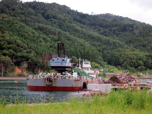 2012年 雄勝町 雄勝湾にて瓦礫を運び出す船