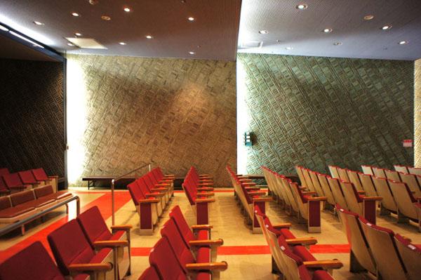 逓信博物館講堂の壁面