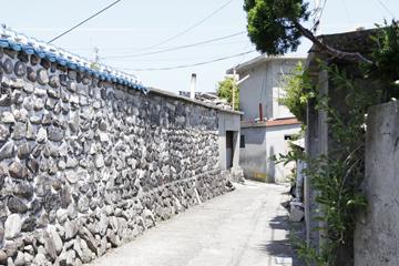 めいろのような石垣の道