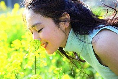 菜の花畑に立つYURI