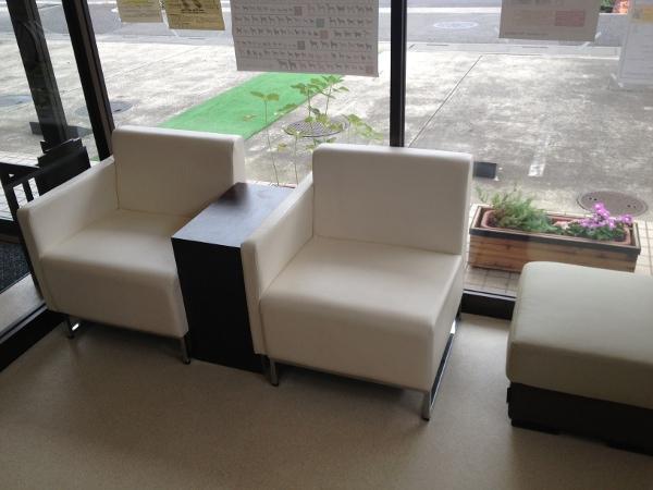 背もたれつきの椅子