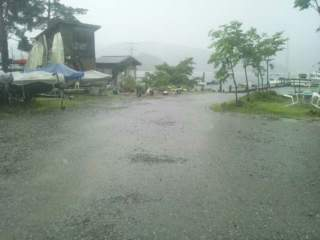 20130619 土砂降りの駐車場