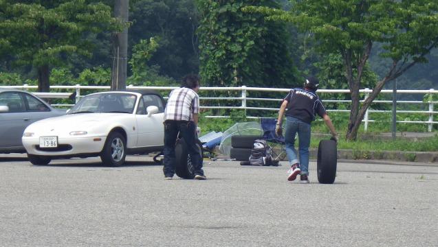 タイヤ運びは下っ端の仕事か