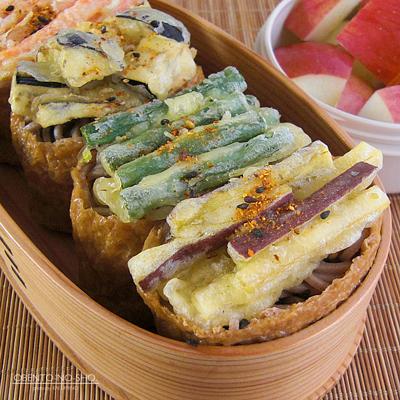 野菜かき揚げの蕎麦いなり弁当02
