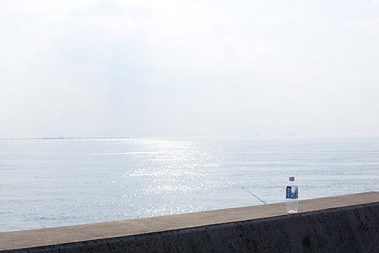 常滑の海とペットボトルと釣り人