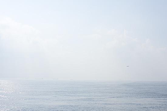 海と空と小さく飛行機