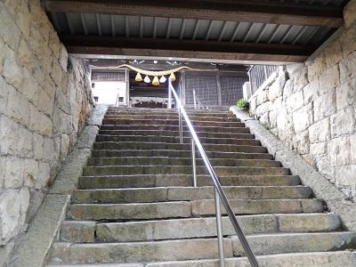 生石神社山門潜る