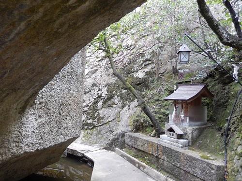 生石神社浮石裏側