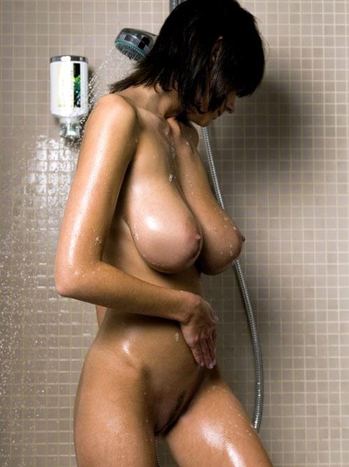 シャワーを浴びて濡れたおっぱい