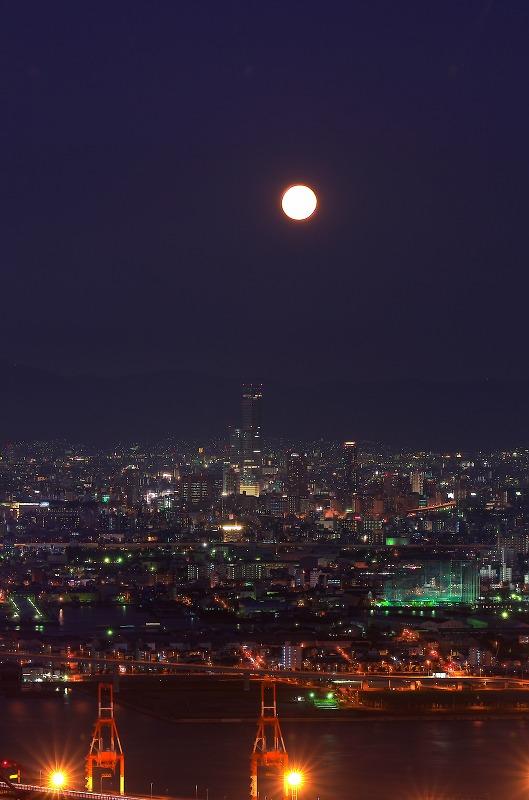 大阪府咲洲庁舎 展望台 夜景 十六夜の月