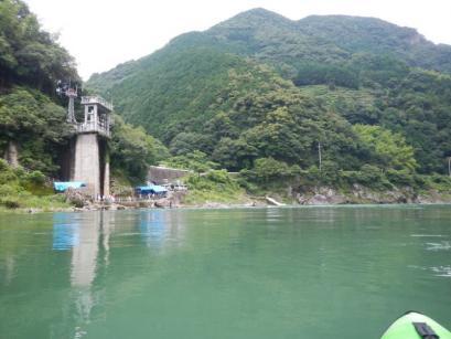 ダムの放流口では鮎釣りの人たちがいっぱい。