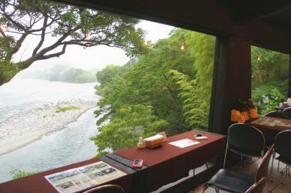 川を眺めながらのカウンター席