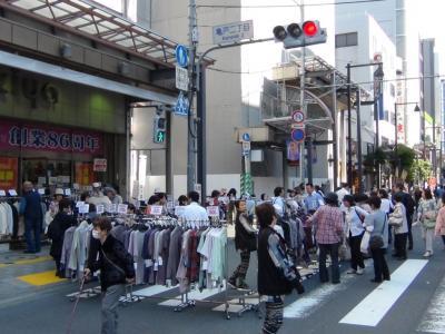 明治通りの歩行者天国で路上に堂々と商品を展示する某店舗