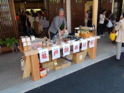 亀戸梅屋敷 亀戸訳あり市で、亀戸餃子食べられるラー油を購入