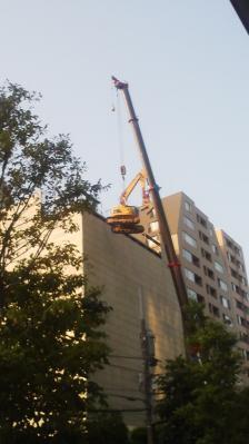 ショベルカーを吊るクレーン車