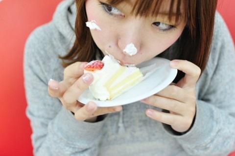 画像食べる女性ケーキ