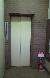 1F エレベーターでお2階へ