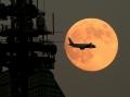 スーパームーンと飛行機