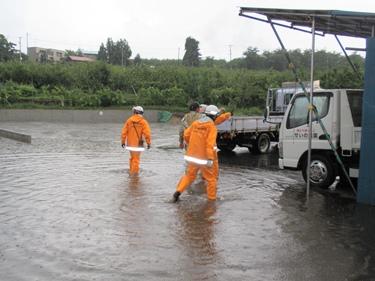 道路から流れる雨水が・・・