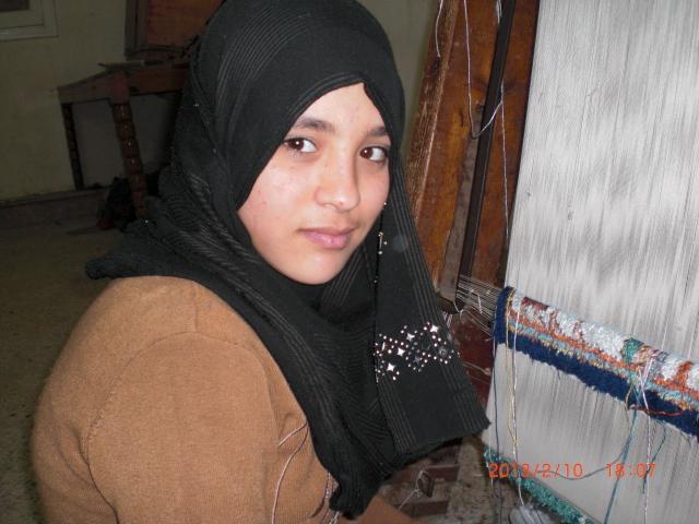 絨毯工場で働く少女