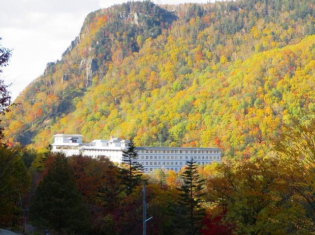 紅葉に囲まれたホテル