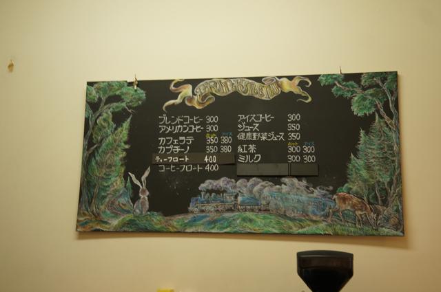 中央本線小淵沢駅改札隣売店「デュオレール」にあるC56の絵