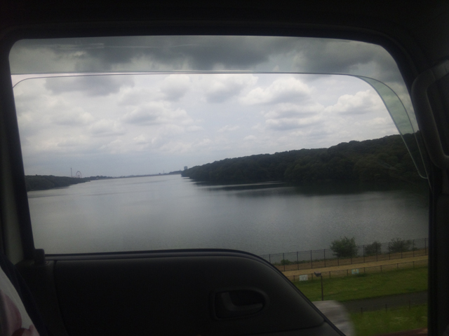 多摩湖を車窓より