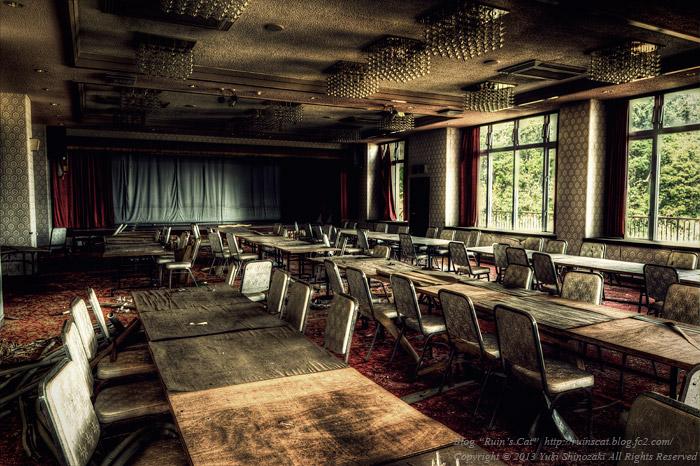 湖上の廃リゾートホテル 宴会場「湖上の間」