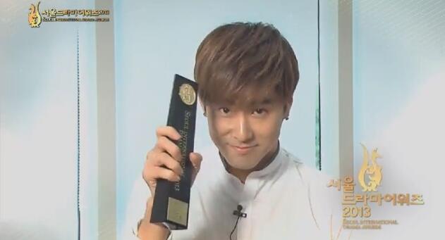 受賞記念のタテを持つユノ