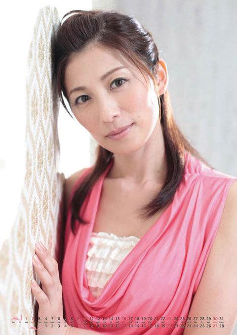 ピンクのノースリーブの中田有紀