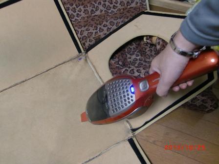 掃除機で、毛やゴミを取る