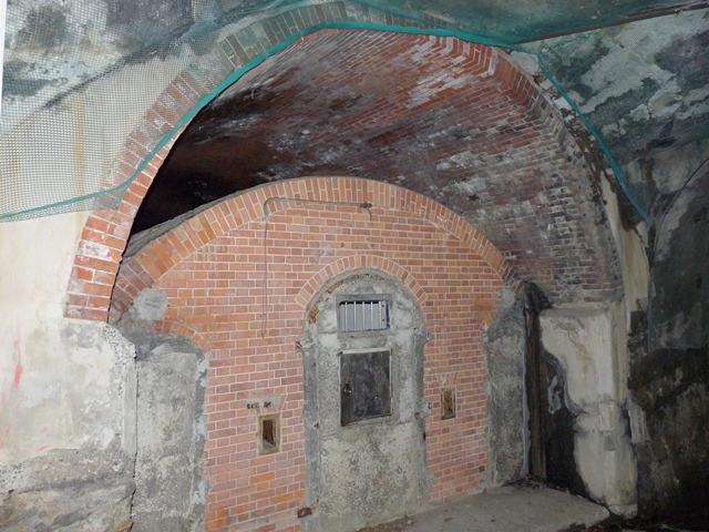 洞窟式弾薬庫1