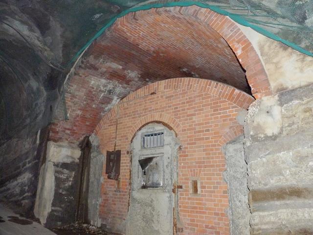 洞窟式弾薬庫2