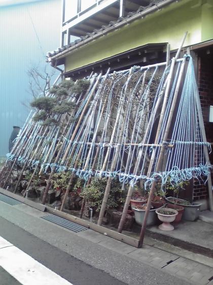 地蔵町界隈(雪囲いのある家屋)