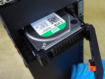 購入した3TBのハードディスクをPCに装着しました。