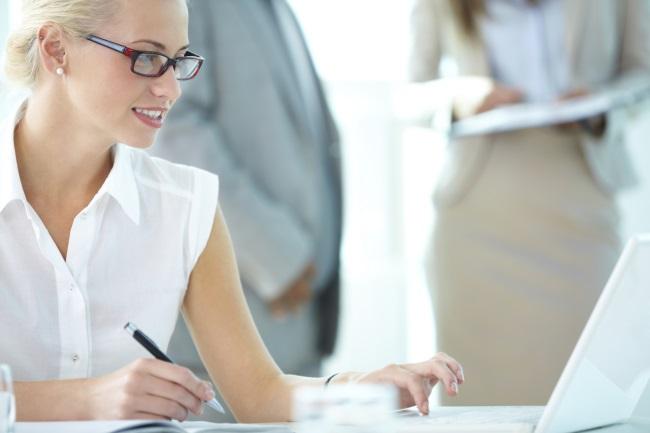 二重アゴの原因が判明! 会社でできるカンタン予防策 - 「生き方キレイ」をコーディネート|MYLOHAS