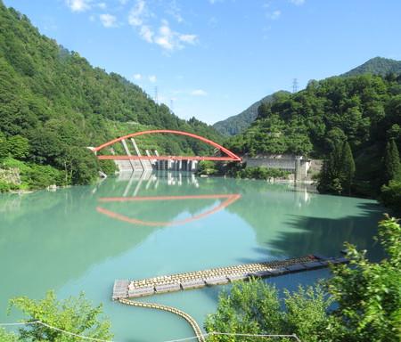 ダム湖に映る鉄橋