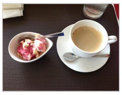 コーヒーとイチゴアイスのデザート