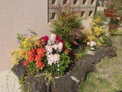 金魚草が咲いた門柱の花壇