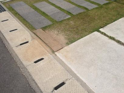 駐車場のえぐれた土を埋めた様子